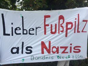 """Banner """"Lieber Fußpilz als Nazis"""""""